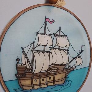 Vitorlás hajó kézzel festett selyem ablakkép, Otthon & lakás, Dekoráció, Kép, Selyemfestés, 25 cm átmérőjű drótra feszített 100% selyem kézzel festett mandala jellegű ablakkép, szalag felfügge..., Meska