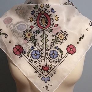 Sárközi hímzés motívummal kézzel festett selyemkendő, Táska, Divat & Szépség, Ruha, divat, Magyar motívumokkal, Selyemfestés, 55x55 cm 100% kézzel festett selyemkendő, sárközi hímzés mintával.\nKellemes, színes, puha kiegészítő..., Meska
