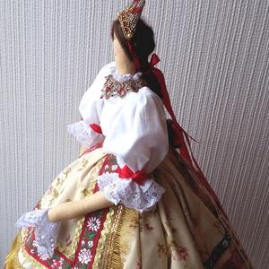Sárközi népviseletes jellegű ruhába öltöztetett textil baba, Tilda baba szabásminta alapján, Otthon & lakás, Dekoráció, Dísz, Varrás, 58 cm magas textil baba állvánnyal.\nTilda szabásminta alapján, azt kicsit átdolgozva készítettem, sá..., Meska