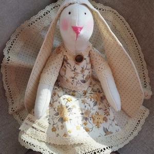 Lányka nyuszi kötényes ruhácskában textil baba, Tilda baba szabásminta alapján, Játék & Gyerek, Baba & babaház, Baba, Varrás, Baba-és bábkészítés, 37 cm magas textil nyuszi kedves lányka ruhácskában.\nTilda szabásminta alapján készítettem, saját el..., Meska