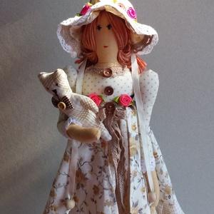 Kisasszony macival Tilda jellegű textil baba, Baba, Baba & babaház, Játék & Gyerek, Varrás, Baba-és bábkészítés, 46 cm magas textil baba klasszikus hangulatú ruhában, kalapban, pici macival, állvánnyal.\nTilda szab..., Meska