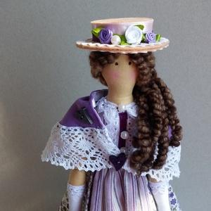 Kisasszony lilában Tilda jellegű textil baba, Otthon & lakás, Dekoráció, Dísz, Varrás, Baba-és bábkészítés, kb. 46 cm magas textil baba klasszikus hangulatú ruhában, kalapban, állvánnyal.\nTilda szabásmintát k..., Meska
