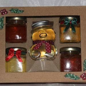 Karácsonyi 5-ös méz szett díszdobozban, Karácsony & Mikulás, Élelmiszer előállítás, Fotó, grafika, rajz, illusztráció, A díszdoboz tartalma : 1 db 100 grammos cuki maci díszszalaggal facélia mézzel , 2 db 55 grammos ámo..., Meska