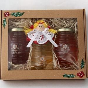 Angyalkás méz szett díszdobozban, Karácsony & Mikulás, Élelmiszer előállítás, Fotó, grafika, rajz, illusztráció, Díszdobozban 3 db 125 grammos méz , ámorakác, akác, nyári vegyes virágméz. A középső üvegcsén egy bá..., Meska