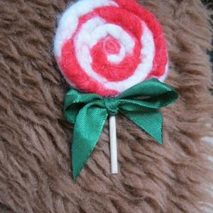 Nemez karácsonyi nyalóka, Ékszer, Kitűző & Bross, Ékszerkészítés, Nemezelés, \nKarácsonyi nyalóka merinó gyapjúból nemezelve, kedves karácsonyi kitűző, a pálcáján zöld szalagból ..., Meska