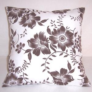 Fehér barna virág mintás párna , Otthon & lakás, Dekoráció, Lakberendezés, Lakástextil, Párna, Varrás, Fehér alapon barna virág mintás vastagabb vászonanyagból készítettem ezt a párnát.\n\nMérete: 36x 36 c..., Meska