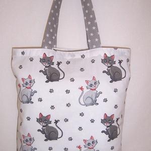 Szürke cica mintás táska fehér , Táska & Tok, Bevásárlás & Shopper táska, Shopper, textiltáska, szatyor, Fehér alapon szürke cica mintás 100 % vékony vászon anyagból készítettem ezt a táskát!  Oldalán és a..., Meska