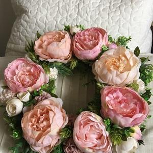 Bazsarózsás pasztel álom - ajtódísz / kopogtató, Otthon, lakberendezés, Ajtódísz, kopogtató, Virágkötés, Minőségi selyemvirágból készített pasztel rózsaszín, tavaszi üde árnyalatú kopogtató.   A kopogtató..., Meska