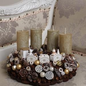 Fehér/arany vonatos adventi koszorú , Adventi koszorú, Karácsony & Mikulás, Otthon & Lakás, Virágkötés, Természetes száraz növényi részekből és gömbökkel rusztikus fehér/arany karácsonyi stílusban készíte..., Meska