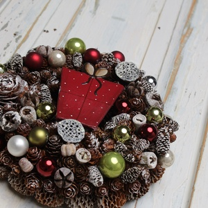Jeges klasszikus csomagos - téli ajtódísz, Karácsonyi kopogtató, Karácsony & Mikulás, Otthon & Lakás, Virágkötés, Rusztikus stílusban készitett klasszikus téli kopogtató, melyet az örömteli ajándékozás ihletett.\n\nA..., Meska