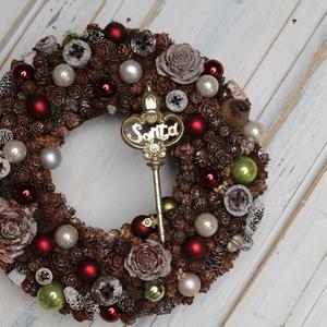 Santa kulcs - téli ajtódísz, Karácsonyi kopogtató, Karácsony & Mikulás, Otthon & Lakás, Virágkötés, Rusztikus stílusban készitett klasszikus piros /zöld téli kopogtató, melyet egy Santa feliratú kulcs..., Meska