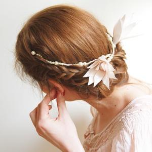 Romantikus virágkoszorú fejdísz, Esküvő, Hajdísz, ruhadísz, Gyöngyfűzés, Virágkötés, Halványrózsaszín liliompár, gyöngyházfényű gyöngysorra felfűzve. Kézzel készült.  A menyasszony haj..., Meska