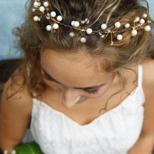 Köszorú gyöngyökkel, szalggal, Fejkoszorú, Hajdísz, Esküvő, Gyöngyfűzés, gyöngyhímzés, Koszorú, de nem virágból, hanem gyöngyökből. Csodálatos, selymes gyöngyházfényű fehér gyöngyök és ap..., Meska
