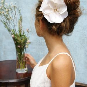 Óriás hernyóselyem virág , Esküvő, Hajdísz, ruhadísz, Esküvői ékszer, Mindenmás, Ékszerkészítés, Hernyóselyem düssezből készült nagy virágdísz, gyöngyház-halványrózsaszín porzókkal, melyek géllakk..., Meska