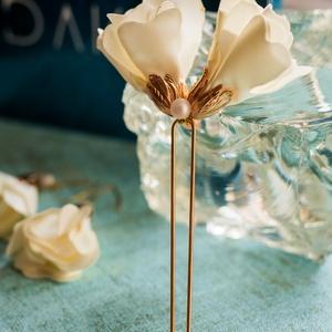 Szirom hajtű és fülbevaló, Esküvő, Hajdísz, Hajtű, Ékszerkészítés, Selyemfényű virágos hajtű hozzáillő fülbevalóval.  A hajtű hossza 5 cm (virág) + 12 cm (hajtű).\nDús ..., Meska