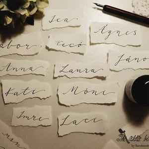 Minimál stílusú ültetőkártya esküvőre, Esküvő, Meghívó, ültetőkártya, köszönőajándék, Fotó, grafika, rajz, illusztráció, Papírművészet, Minimál stílusú, kézzel írt esküvői ültetőkártya. \n\nKézzel tépett, 200g/m2 művészpapír. A papír fajt..., Meska