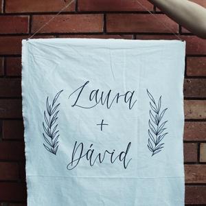 Esküvői vászondekor, Esküvő, Esküvői dekoráció, Festett tárgyak, Esküvőre rendelhető dekorációs vászon a jegyespár nevével, enyhe grafikával, kézzel írva. \n\nA képen ..., Meska