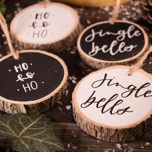 Fakorong karácsonyfadísz (4 darabos csomagban), Otthon & lakás, Dekoráció, Ünnepi dekoráció, Karácsony, Karácsonyfadísz, Festett tárgyak, Fotó, grafika, rajz, illusztráció, Kézzel készített karácsonyfadísz megfestett, majd megírt fakorongból. \n\nÁtmérője: kb. 6-7 centiméter..., Meska