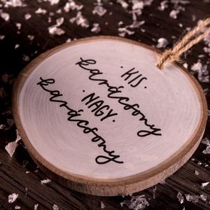 Fakorong karácsonyfadísz (Kis karácsony nagy karácsony), Otthon & lakás, Dekoráció, Ünnepi dekoráció, Karácsony, Karácsonyi dekoráció, Karácsonyfadísz, Festett tárgyak, Kézzel festett és kézzel írt karácsonyfadísz fakorongból.\n\nÁtmérője: 8-9 centiméter, fekete és fehér..., Meska