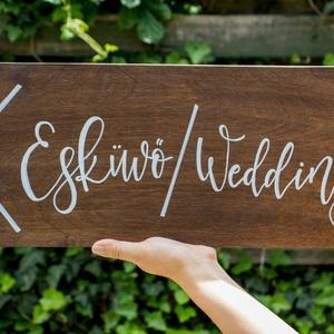 Kétnyelvű esküvői iránytábla, Tábla & Jelzés, Dekoráció, Esküvő, Festett tárgyak, 40x20 centis, nyíl formára vágott fatábla. Kétnyelvű esküvőkre ideális, hogy tudja az egész násznép,..., Meska