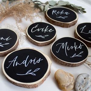 Esküvői ültető fakorongból, Ültetési rend, Meghívó & Kártya, Esküvő, Festett tárgyak, Famegmunkálás, Szeletelt faágból (fakorong) készült esküvői ültető. A korongokat akrilfestékkel festem színre egy k..., Meska