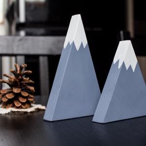 Kék havas hegyecske otthondekoráció párban, Otthon & lakás, Dekoráció, Famegmunkálás, Fenyőfából készült, kékre festett lakásdekoráció párban. \n\nMérete:\n\n- a kicsi hegy: 9x9 centiméter\n-..., Meska
