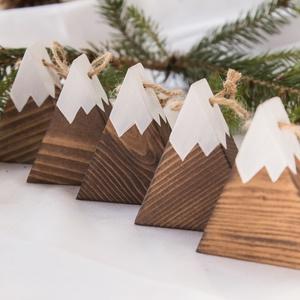 Kis hegy karácsonyfadísz 5 darabos csomagban, Karácsonyfadísz, Karácsony & Mikulás, Otthon & Lakás, Famegmunkálás, Fenyőfából vágott, havas hegycsúcsot formáló karácsonyfadísz ötdarabos csomagban. A mérete 6 x 6,5 c..., Meska