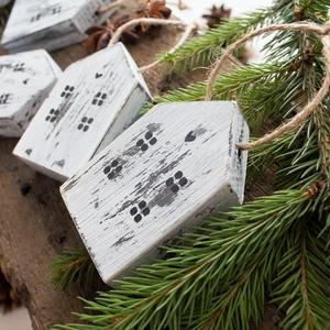 Koptatott házikó karácsonyfadísz 5 darabos csomagban, Karácsonyfadísz, Karácsony & Mikulás, Otthon & Lakás, Famegmunkálás, Fenyőfából vágott kis házikó karácsonyfadísz ötdarabos csomagban. Az ablakos házikókat öregbítettem,..., Meska