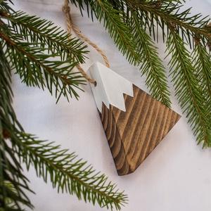 Kis hegy karácsonyfadísz, Karácsonyfadísz, Karácsony & Mikulás, Otthon & Lakás, Famegmunkálás, Fenyőfából vágott, havas hegycsúcsot formáló karácsonyfadísz. A mérete 6 x 6,5 centiméter.\n\nA simára..., Meska