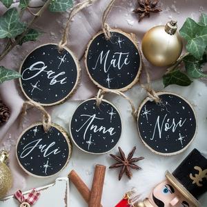 Névre szóló karácsonyfadísz, Karácsonyfadísz, Karácsony & Mikulás, Famegmunkálás, Legyen ott a család a karácsonyfán egyedi, névre szóló fakorongokkal.\n\nA korongok kétféle méretben k..., Meska