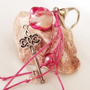 Kulcsos táskadísz pink kagylóval, Egyéb, Kulcstartó, táskadísz, Táska, Divat & Szépség, Gyöngyfűzés, gyöngyhímzés, Táskadísz (vagy kulcstartónak is használható) kulcs medállal, egy természetes alakú pink kagylógyöng..., Meska