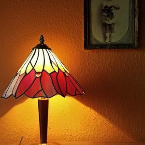 Tiffany lámpa, Otthon & Lakás, Lámpa, Asztali lámpa, Üvegművészet, 40 cm magas. Egyedi darab, amerikai tiffany üvegből.  Fokozatkapcsolós. Hagyományos talp is választh..., Meska
