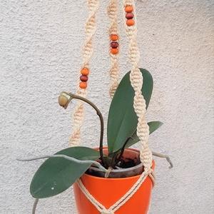 Makramé virágtató, Horgolt & Csipketerítő, Dekoráció, Otthon & Lakás, Csomózás, Újrahasznosított alapanyagból készült termékek, A virágtartó 100%-ban újrahasznosított natúr színű sodrott pamut fonalból fa gyöngyből és réz karika..., Meska
