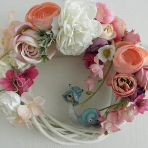 Csigabiga ajtódísz , Otthon & Lakás, Dekoráció, Ajtódísz & Kopogtató, Virágkötés, 20 cm-es fehér vessző alapra készítettem egy selyemvirág kompozíciót, majd egy csigabiga kerámiát ra..., Meska