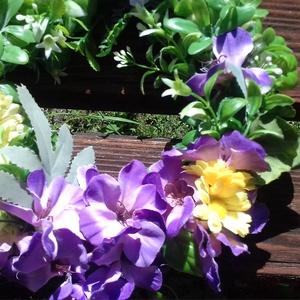 Lila-sárga ajtókopogtató, Otthon & Lakás, Dekoráció, Ajtódísz & Kopogtató, Virágkötés, 20 cm vesszőalapra lila-sárga színű selyemvirágot, valamint mű zöldeket ragasztottam. Akasztóval lát..., Meska