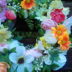 Vegyes virág ajtókopogtató, Otthon & Lakás, Dekoráció, Ajtódísz & Kopogtató, Virágkötés, 20 cm-es szalma alapra készítettem el Neked ezt a nyarat idéző, vidám ajtókopogtatót.\nMű- és selyemv..., Meska
