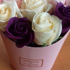 Vegyes rózsacsokor box, Otthon & Lakás, Dekoráció, Ajtódísz & Kopogtató, Virágkötés, Kb 20 cm-es rózsaszín dobozban elhelyezett, rögzített, tartós, illatos rózsák., Meska