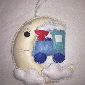 Filc, hold alakú baba, gyerek dekoráció , Otthon & Lakás, Falra akasztható dekor, Dekoráció, Filcből készítettem ezt a cuki gyerekszobába való díszt. Hímzőfonallal pelenkaöltéssel varrtam, vate..., Meska