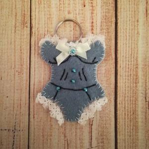 Gyapjúfilc kulcstartó vagy táskadísz, fűző formájú  szalag csipkével - táska & tok - kulcstartó & táskadísz - táskadísz - Meska.hu
