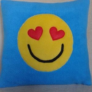 Szerelmes emoji párna, Lakberendezés, Otthon & lakás, Lakástextil, Párna, Varrás, Patchwork, foltvarrás, Szerelmes emoji párna .\nmérete33/33cm !\n Puha tapintású serpa anyagból készült .Varrógéppel varrtam ..., Meska