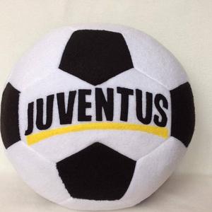 Juventus focilabda párna, Párna & Párnahuzat, Lakástextil, Otthon & Lakás, Patchwork, foltvarrás, Varrás, Juventus feliratos foci labda alakú párna foci rajongóknak. Puha polár anyagból készült.\n30cm átmérő..., Meska
