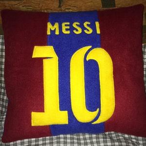 Messi párna, Férfiaknak, Otthon, lakberendezés, Lakástextil, Párna, Varrás, Barca rajongóknak készült Messi párna !  Puha polár anyagból készült , a rátétek filc anyagból vann..., Meska