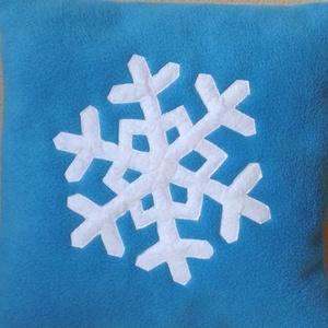 Hópehely mintás párna, Lakberendezés, Otthon & lakás, Karácsony, Ünnepi dekoráció, Dekoráció, Lakástextil, Párna, Patchwork, foltvarrás, Varrás, Puha tapintású serpa anyagból készült hóemberes párna .Varrógéppel varrtam rá a szemeket (rátéteket ..., Meska