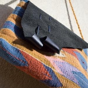 Gyapjúszőnyeg Tarisznya T23, Tarisznya, Kézitáska & válltáska, Táska & Tok, Szövés, Hagyományos technikával, szövőszéken szövött gyapjúszőnyegből készített tarisznya.\nA minta és az egy..., Meska