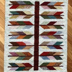 Gyapjúszőnyeg SZ20034, Szőnyeg, Lakástextil, Otthon & Lakás, Szövés, Hagyományos technikával szövőszéken szövött gyapjúszőnyeg.\nElkészítéséhez leveles mintát választotta..., Meska