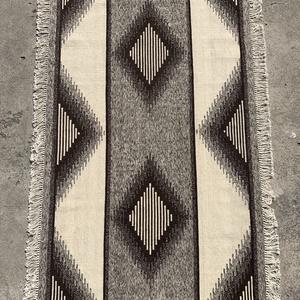 Gyapjúszőnyeg SZ30006, Szőnyeg, Lakástextil, Otthon & Lakás, Szövés, Hagyományos technikával szövőszéken szövött eredeti gyapjú-színű padlószőnyeg.\nSzékely motívum felha..., Meska