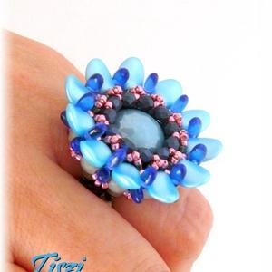 Kék virág gyöngy gyűrű, Ékszer, Gyűrű, Statement gyűrű, Ékszerkészítés, Gyöngyfűzés, gyöngyhímzés, Kék gyöngyök egy kis rózsaszínnel fűszerezve. Szirmok, rizsgyöngyök alakítják virággá ezt a gyűrűt. ..., Meska