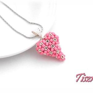 Ezüst rózsaszín szív, Ékszer, Nyaklánc, Medál, Ékszerkészítés, Gyöngyfűzés, gyöngyhímzés, Matt selymes rózsaszín csiszoltakkal és ezüst kásával fűztem egy duci szívet. A szív 2,5 cm átmérőjű..., Meska
