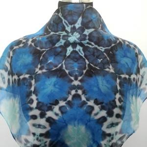Kék Mandalás selyemkendő 55x55 cm méretben, Képzőművészet, Ruha, divat, cipő, Textil, Kendő, sál, sapka, kesztyű, Selyemfestés, Kék - fekete Mandala mintás selyemkendő, melyet kézzel festettem professzionális gőzzel fixálható s..., Meska
