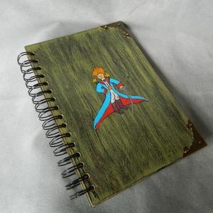 Kis Herceg napló, Jegyzetfüzet & Napló, Papír írószer, Otthon & Lakás, Famegmunkálás, Fából készült könyv.  A 5 méretben. \n Akár ajándéknak vagy emléknek.\nA/ 5 méretű vajszínű sima lapok..., Meska